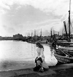 Lella au Concarneau by Edouard Boubat 1948 Robert Doisneau, Vintage Photographs, Vintage Photos, Artistic Photography, Art Photography, Street Photography, Matt Hardy, Fondation Cartier, New York City