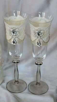 Bride And Groom Glasses, Wedding Wine Glasses, Wedding Champagne Flutes, Champagne Glasses, Decorated Wine Glasses, Painted Wine Glasses, Wine Glass Crafts, Wine Bottle Crafts, Glitter Glasses