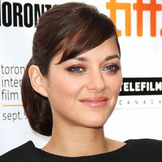At the Toronto Film Festival, bronze shadow and turquoise liner brought out the star's bright blue eyes.