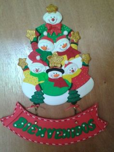 Bienvenido Muñecos de nieve para decorar las puertas. Felt Christmas, Christmas Snowman, Christmas Projects, Christmas And New Year, Snowmen, Paper Crafts, Holiday Decor, Tela, Xmas Ornaments