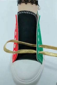 Shoelace tying, tieing shoe laces, tie shoes, shoelace patterns, t shirt dress Diy And Crafts, Arts And Crafts, Shoe Crafts, Paper Crafts, Tie Shoes, Shoes Sneakers, Diy Clothes, Diy Fashion, Life Hacks