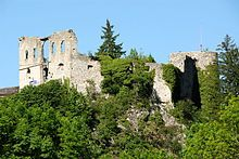 Finkenstein Castle is a ruined castle in Carinthia, Austria situated on a steep cliff to the south at the foot of the Karavanke and above Lake Faak. Burgruine Finkenstein is situated at an height of 788 meters. Austria, Carinthia, Wish I Was There, Castle Ruins, Places Ive Been, Beautiful Places, Mansions, House Styles, Cliff