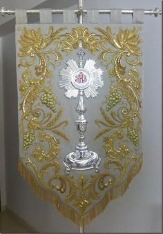 Gold Embroidery, Embroidery Stitches, Embroidery Designs, First Communion Banner, Church Stage Design, Catholic Crafts, Altar Cloth, Church Banners, Gold Work