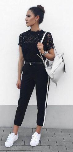 Truque esperto: contraste no look all black. Blusa de renda, calça preta com faixa branca na lateral, mochila off white, tênis branco