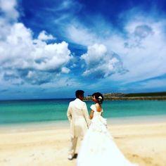【laguna_wedding】さんのInstagramをピンしています。 《#okinawa#photo #sky #blue #sea#沖縄#フォトウエディング#ウエディング#結婚式#披露宴#空#海#幸せな2人#ウェディングドレス #トロピカルビーチ#宜野湾市#happy#お花》