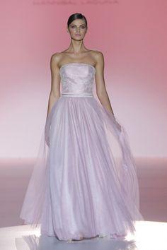 Traje de novia estilo bailarina en color rosa empolvado de Hannibal Laguna