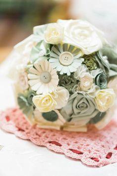 paper and fabric flower bouquet http://weddingwonderland.it/2015/07/matrimonio-eco-chic.html