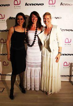 Anne Irgartiburu impresionante con el vestido etallado Ref. 31620 junto a la gurú estadounidense del yoga Lauren Imparato con el vestido Grace Ref. 31622 en blanco, y Silvia Jato