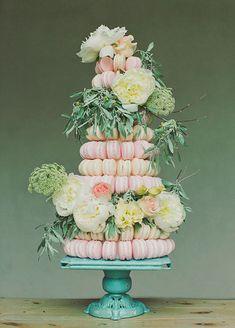 Un gâteau fleuri de macarons