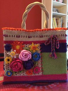 """Na alle inspiratie van de gepimpte jute AH tassen heb ik nu een eigen AH-tas omgehaakt. Blij met het resultaat! Met """"Saskia""""-wol van de Wibra en dank aan het basispatroon van Krearette."""