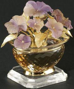 Vas cu flori creat de către maestrul german Manfred Wild (foto 3); citrin faţetat pe o bază din cristal de stâncă, 10 flori sculptate în ametrin, 10 diamante şi aur 750. Greutate totală 519 grame, din care 107 grame aur.