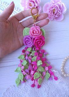 Crochet Flower Tutorial, Crochet Flower Patterns, Crochet Flowers, Crochet Bouquet, Crochet Brooch, Crochet Beach Bags, Crochet Gifts, Crochet Symbols, Crochet Stitches