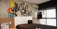 Neste quarto, a imagem foi escolhida pelo filho da cliente. O grafite que leva o nome do menino é na verdade um grande adesivo do Bart Simpson e deu toque descolado ao cantinho. Projeto da arquiteta Evelin Sayar.