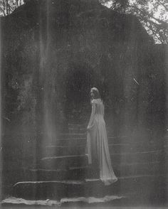 Gorgeously Mysterious, Melancholic and Fine Art Portrait Photography by Nona Limmen - Beauty Photography Ethereal Photography, Dark Art Photography, Abstract Photography, Vintage Photography, Beauty Photography, Portrait Photography, Mysterious Photography, Photography Aesthetic, Portrait Art