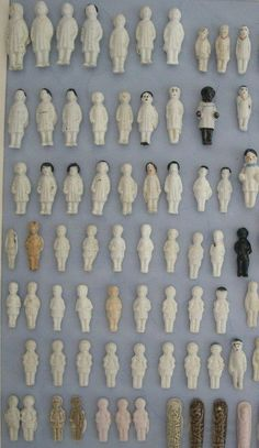 feves / frozen charlottes Tiny Dolls, Old Dolls, Antique Dolls, Vintage Dolls, Le Collectionneur, Doll Head, Doll Face, Cabinet Of Curiosities, Bisque Doll