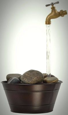 This DIY Magic Faucet Fountain seems to magically pour water into a bucket without any hoses or attachments - so how does it work? Read to find out! Magic Fountain, Diy Water Fountain, Diy Garden Fountains, Indoor Water Fountains, Fountain Ideas, Water Pond, Water Tap, Garden Crafts, Garden Projects