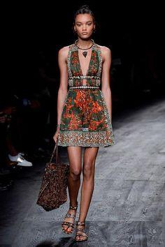 Valentino Spring 2016 Ready-to-Wear Collection Photos - Vogue Fashion Week Paris, Runway Fashion, Womens Fashion, Fashion Trends, Look Fashion, High Fashion, Fashion Show, Fashion Design, Moda Boho