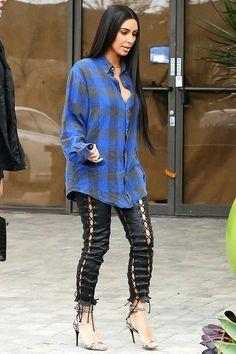 Kim Kardashian usa tendência de calça com amarrações e camisa xadrez
