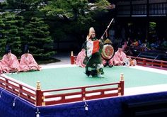 Musicians and a dancer dressed in kariginu