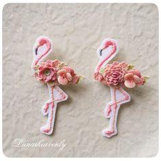 お花を纏ったフラミンゴのブローチ♡ 今月中に、蝶々とフラミンゴの抽選販売をしようと思っています。近いうちにお知らせしますね! #レース編み #crochet