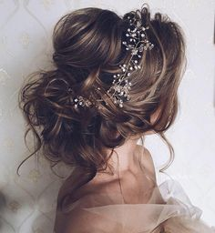 Pretty messy updo wedding hairstyle perfect for any wedding venue - This stunning wedding hairstyle for long hair is perfect for wedding day,wedding hair