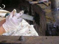 Iniezione di resina acrilica per consolidare le pareti delle sedi di inserimento dei supporti delle pale.