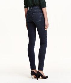 Shaping. Ett par 5-ficksjeans i tvättad denim med technical stretch som håller in och formar midja, lår och rumpa samt bevarar formen på jeansen. Jeansen har extra smala ben och normalhög midja.