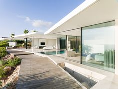 Modern seafront residence located in Spain, designed in 2016 by JLE Arquitectos. Style At Home, Modern Pool House, Moderne Pools, Arch House, Dream House Exterior, Modern Architecture, Luxury Homes, Beautiful Homes, New Homes