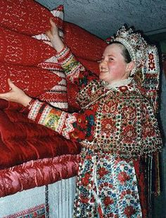 Bride from Kalotaszeg, Transsylvania, village at the bank of river Kalota, former territory of Hungary, today belongs to Romania.She is seen with dowry of embroidered bedding. Folk Clothing, Clothing And Textile, Arte Popular, Popular Art, Folk Costume, Costumes, Hungarian Embroidery, Bohemian Blouses, Folk Dance