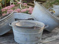 We verkopen allerlei oud zink. Van zinken bakken, teilen, gieters en emmers heb je niet gauw genoeg in je tuin! Het geeft sfeer. In zomer en winter!