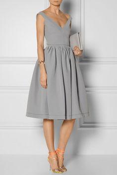 Robe trapèze en gris bien accessoirisée