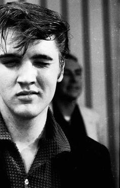 Elvis Presley was very handsome in his young years drugs ruined him ! Priscilla Presley, Lisa Marie Presley, Pete Wentz, Michael Buble, Michael Fassbender, Happy Birthday Elvis, Sean Leonard, Mundo Musical, El Rock And Roll