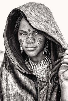 The Wodaabe are a nomadic people populating the Sahel desert of West Africa. Once a year in a few select locations, their tribe gathers to celebrate the fantastic tradition of Gerewol. Black And White Photography Portraits, Black And White Portraits, Portrait Photography, 3d Foto, Foto Art, African Tribes, African Art, Beautiful People Photography, Tribal Face