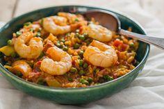 Een paella duurt normaal lang om te maken, met deze snelle paella met chorizo en garnalen kun je ook doordeweeks genieten van heerlijke spaanse paella.