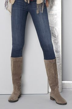 Versatile tall boots in taupe suede Cute Shoes, Me Too Shoes, Bootie Boots, Shoe Boots, Look Chic, Tall Boots, Taupe, What To Wear, Fashion Shoes