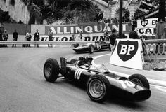 1962 Monaco GP, Monte Carlo : Graham Hill (BRM P57) chased by Jim Clark (Lotus 25). Jimmy would set the fastest lap of the race with 1:35.5 (lap 42) and unfortunate clutch failure pushed him to retire in 55th lap. (ph: autosport.com)
