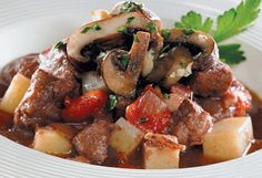 Boeuf braisé et garniture aux champignons To cut liquid quantities by half and and adjust cooking time for slow cooker Confort Food, Mets, Kung Pao Chicken, Cooking Time, Slow Cooker, Pork, Ethnic Recipes, Sweet, Cooking