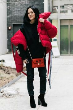 How to wear: red puffer jacket, black print hoodie, black ripped jeans, Street Style Looks, Street Style Women, Fashion Week, Look Fashion, Outfit Invierno, Winter Looks, Mode Style, Rihanna, Latest Fashion Trends