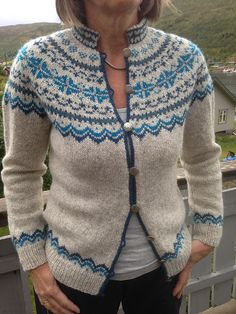 Bilderesultat for kofte mandelblomst Sweater Knitting Patterns, Knitting Designs, Knit Patterns, Knitting Projects, Fair Isle Knitting, Hand Knitting, Norwegian Knitting, Pull Sweat, Icelandic Sweaters