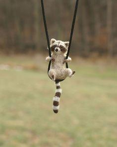 Kleine Waschbären Halskette oder Skulptur kundenspezifisch konfektioniert - Nadel Filz