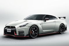 「GT-R NISMO」2017年モデル発売!価格は1870万円・新形状のフロントバンパーを纏って登場! 日産は、「GT-R NISMO 2017年モデル」と「Track edition engineered by nismo」を8月25日より発売した。価格は「GT-R NISMO」が1870万200円(消費税込)、「Track edition engineered by nismo」が1369万9800円(消費税込)