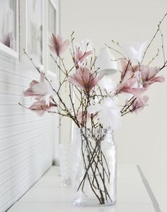 Scandinavian Easter tree – Gorgeous pastel coloured feathers on twigs. More idea… Scandinavian Easter tree – Gorgeous pastel coloured feathers on twigs. More ideas on Littlescandinavia… Deco Floral, Floral Design, Spring Decoration, Flower Decoration, Fleurs Diy, Coloured Feathers, White Feathers, Deco Nature, Easter Tree