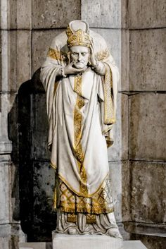 Statue of St. Denis in the crypt of the Basilica of Sacré-Cœur, Paris. Patron Saint of headaches, strife and Paris. Catholic Art, Catholic Saints, Patron Saints, Roman Catholic, Religious Art, St Denis, Art Ancien, Saint Esprit, Les Religions