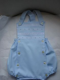 LOS PATRONES DE LOS PELELES!!!!!!!   Aprender manualidades es facilisimo.com Baby Girl Dresses, Baby Boy Outfits, Smocking Baby, Baby Embroidery, Heirloom Sewing, Sewing Clothes, Baby Wearing, Overall Shorts, Body