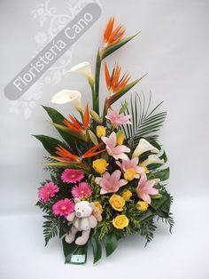 Centro de flores con strelitzias, calas,