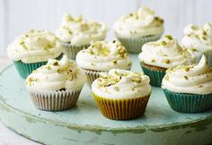 Matcha and pistachio cupcakes with white chocolate frosting Pistachio Muffins, Pistachio Cupcakes, Green Cupcakes, Fun Cupcakes, Delicious Desserts, Yummy Food, Yummy Recipes, White Chocolate Frosting, Cupcake Recipes