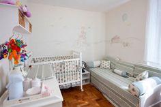 Para agradar a pequena Julia, a mãe queria um quarto delicado e feminino, fugindo do tradicional rosa e lilás