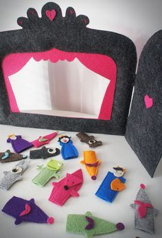 I love this folding felt finger puppet theater! Kids Crafts, Felt Crafts, Arts And Crafts, Felt Puppets, Felt Finger Puppets, Felt Diy, Diy Toys, Diy For Kids, Sewing Projects