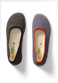 These comfy fabric shoes are made in ballerina style with great colour contrasts in the soft rubber soles. The spots are printed on organic cotton,