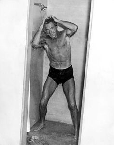 HIT THE SHOWERS! Randolph Scott lathers up after a swim in the ocean at the home he shared with Cary Grant for many years. They were just roommates. Hollywood Men, Vintage Hollywood, Hollywood Stars, Classic Hollywood, Vintage London, Vintage Men, Vintage Sailor, Cary Grant Randolph Scott, Nostalgia